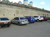 Справа могилки, слева парковка экипажей под Межиричским монастырём